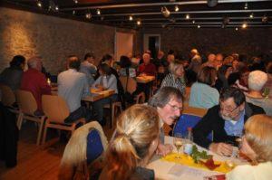 Zahlreiche Besucher genossen Wein und Gespräche