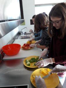 Gemüse vorbereiten für Chicken-Wraps