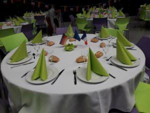 Schön gedeckte Tische am Abschlussabend